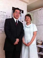 元外務副大臣と国土交通副大臣の伴野豊さんから村林先生にいろいろな症状や疲れなど治してもらいありがとうございましたとの感謝をもらいました